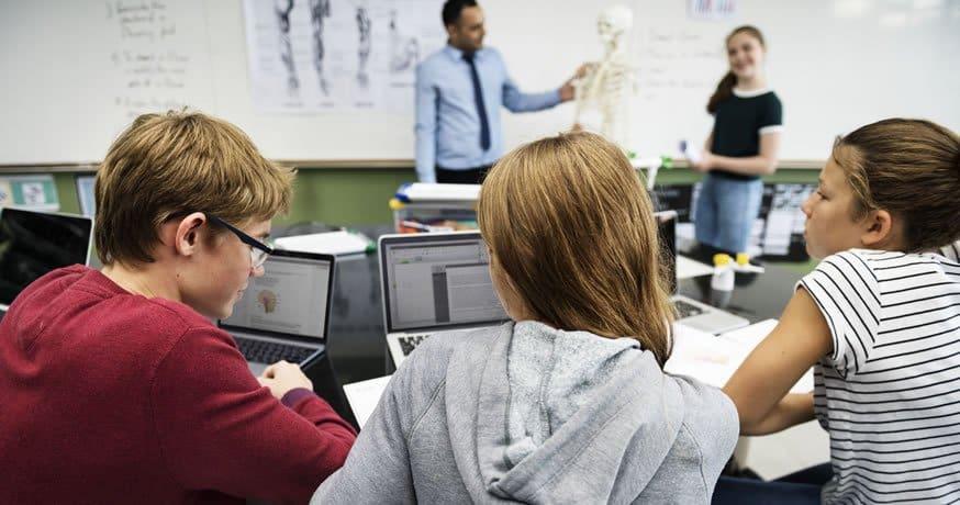 Estudantes com o professor em sala de aula